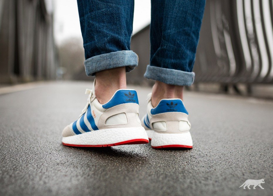 En los pies mira: adidas Originals Iniki Runner (Off blanco / AZUL / CORE