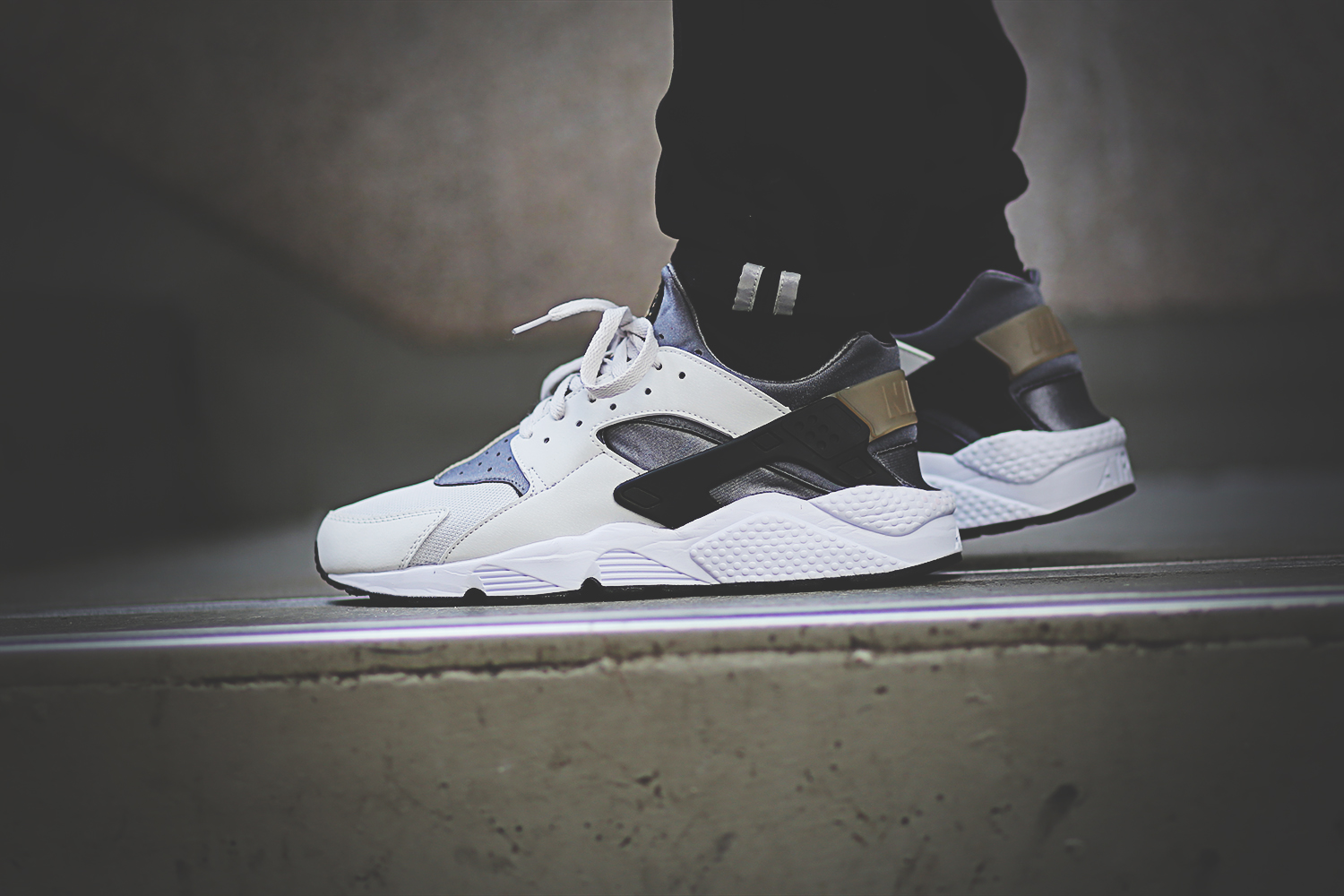 nike-air-huarache-run-light-ash-grey-black-cool-grey-318429-005_on_feet_3