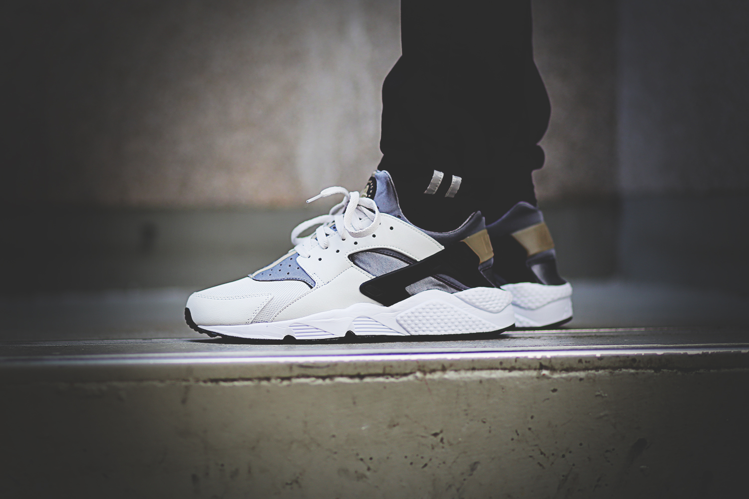 nike-air-huarache-run-light-ash-grey-black-cool-grey-318429-005_on_feet_4