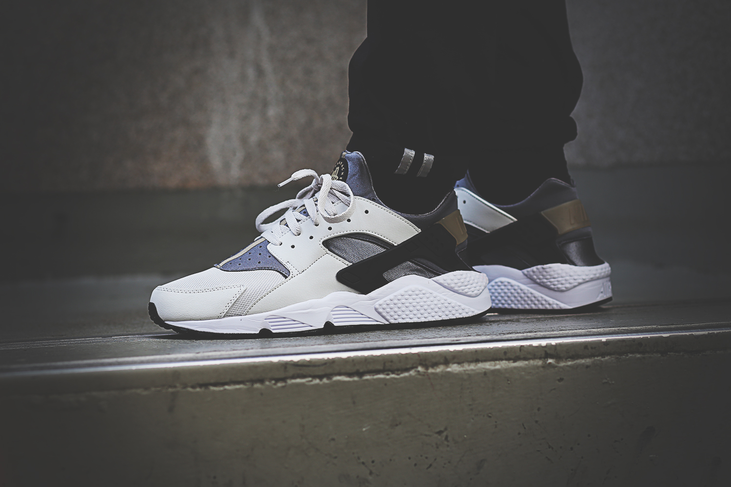 nike-air-huarache-run-light-ash-grey-black-cool-grey-318429-005_on_feet_5