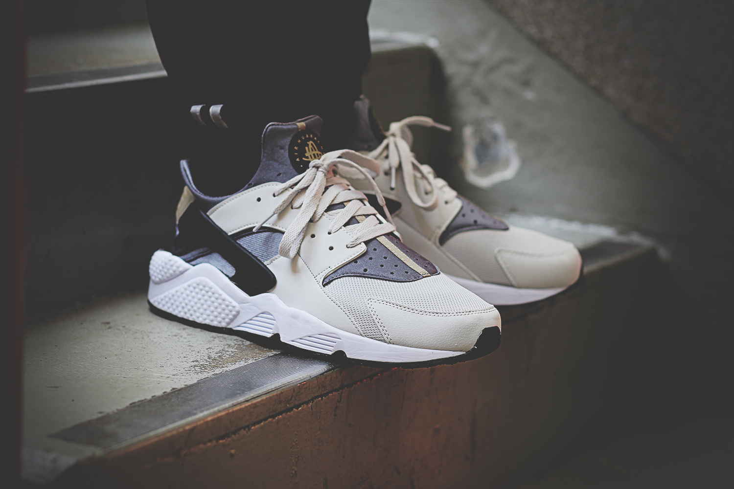 nike-air-huarache-run-light-ash-grey-black-cool-grey-318429-005_on_feet_7