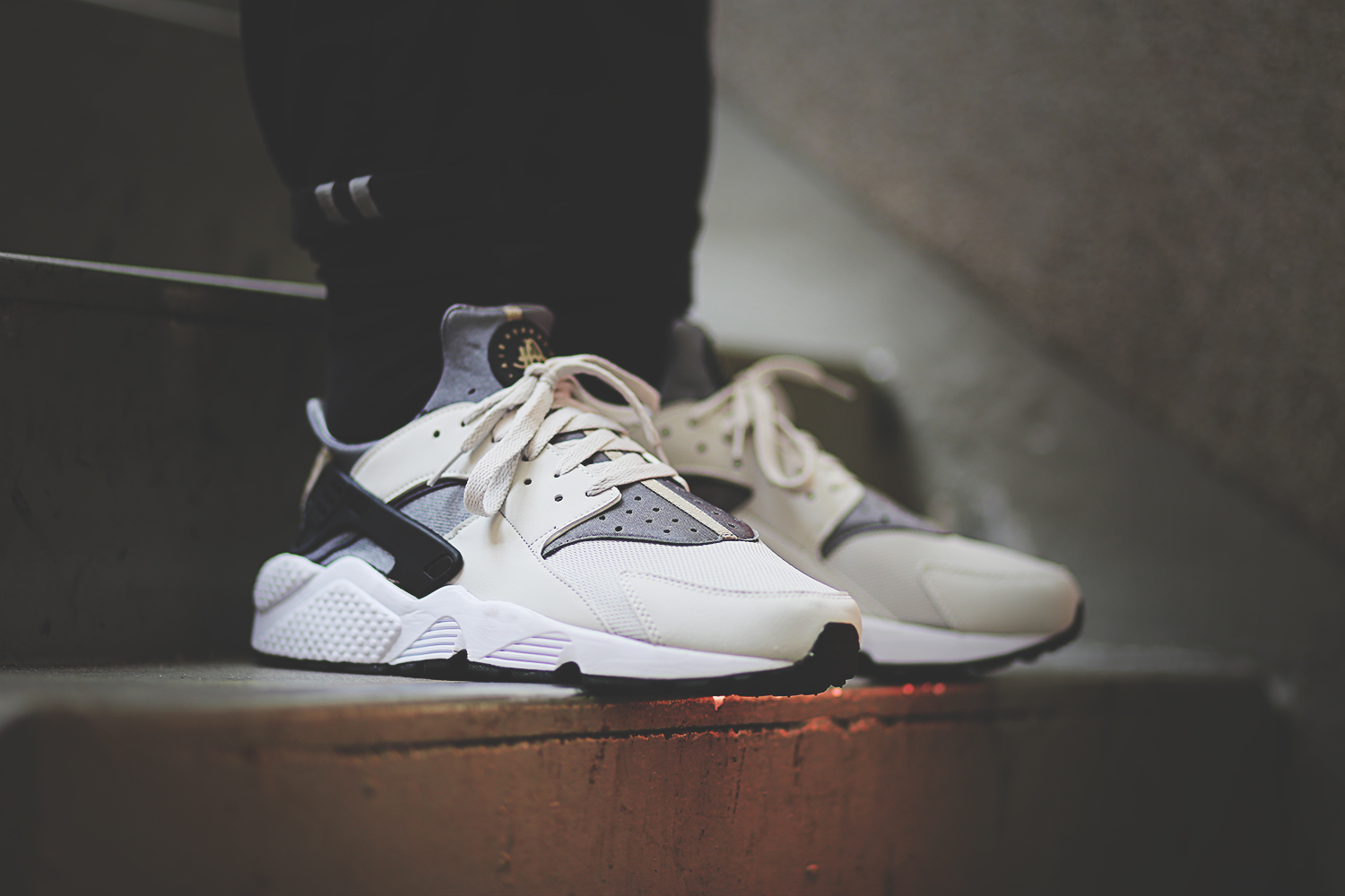 nike-air-huarache-run-light-ash-grey-black-cool-grey-318429-005_on_feet_8