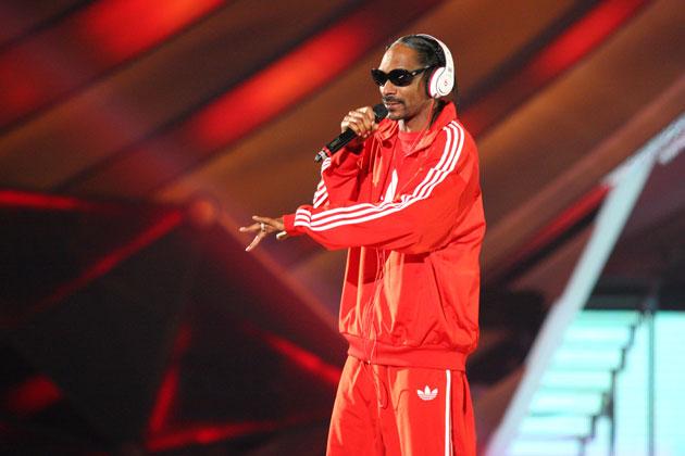 snoop-dogg-on-stage-red-track-suit-hbtv-hemp-beach-tv