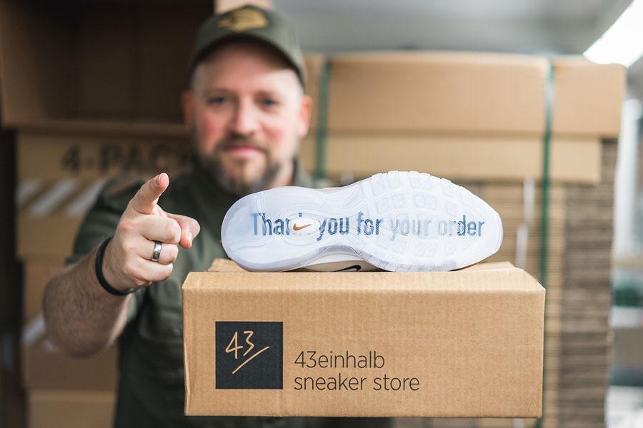 Order Sneakers Online - Delivery Box (43einhalb)